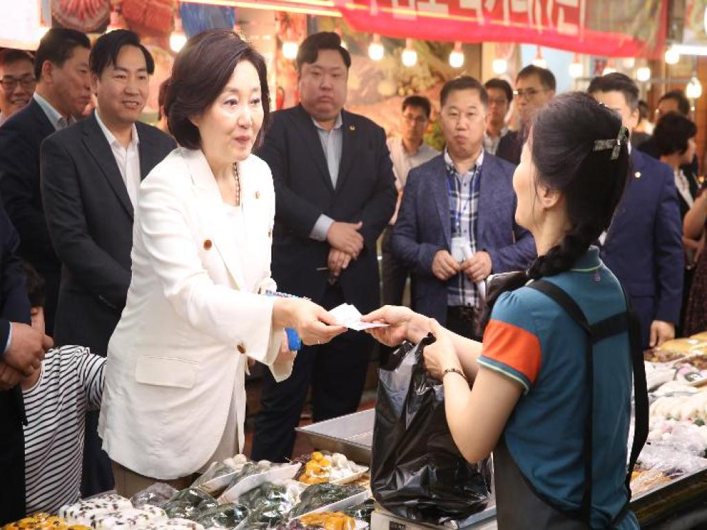 Shopping in the traditional market on the occasion of Korean Thanksgiving Day