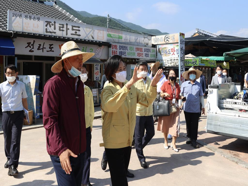 Visit to Traditional Market damaged by flood
